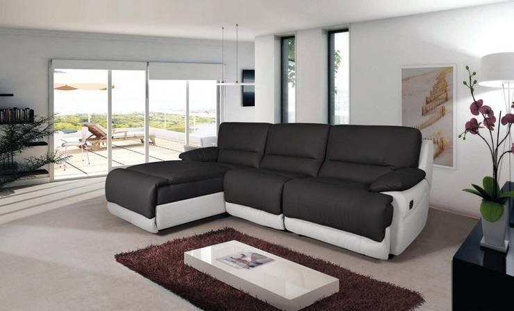 Sofás com chaiselong Sofas with chaiselong www.intense-mobiliario.com  PORTIMÃO http://intense-mobiliario.com/pt/sofas-relax/6721-sofa-c-chaiselong-portimao.html: Sala de estar  por Intense mobiliário e interiores;