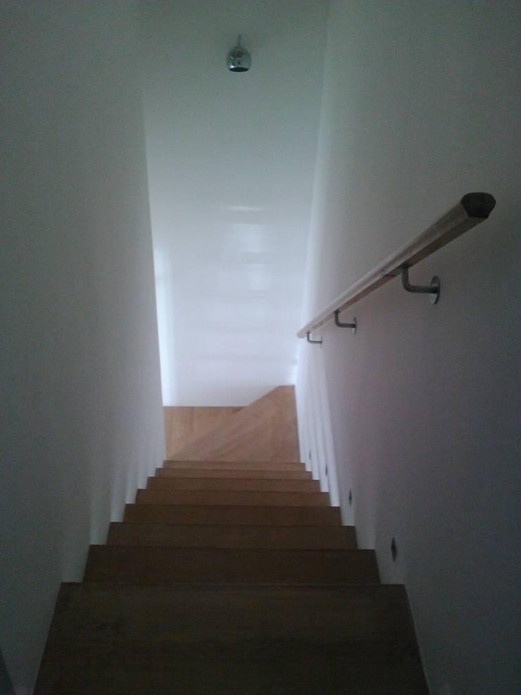 Escadas em Leque: Corredores e halls de entrada  por QFProjectbuilding, Unipessoal Lda