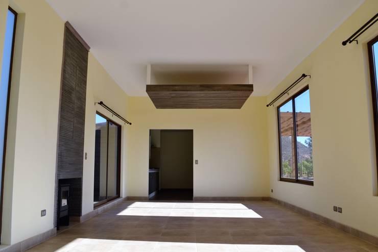 Salas / recibidores de estilo  por Casas Metal