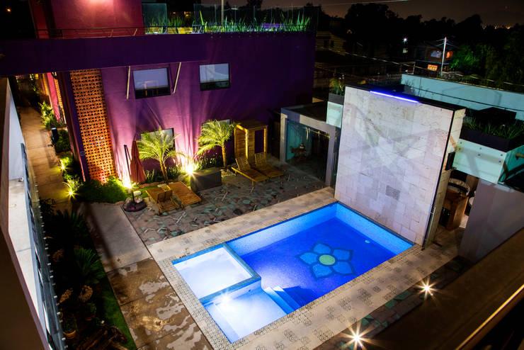 AREA DE ALBERCA NOCHE, LA MORADA HOTEL BOUTIQUE & SPA, TEPOTZOTLÁN.: Hoteles de estilo  por rave arch