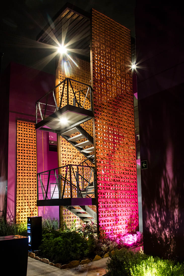 ESCALERAS NOCHE, LA MORADA HOTEL BOUTIQUE & SPA, TEPOTZOTLÁN.: Hoteles de estilo  por RAVE Arch