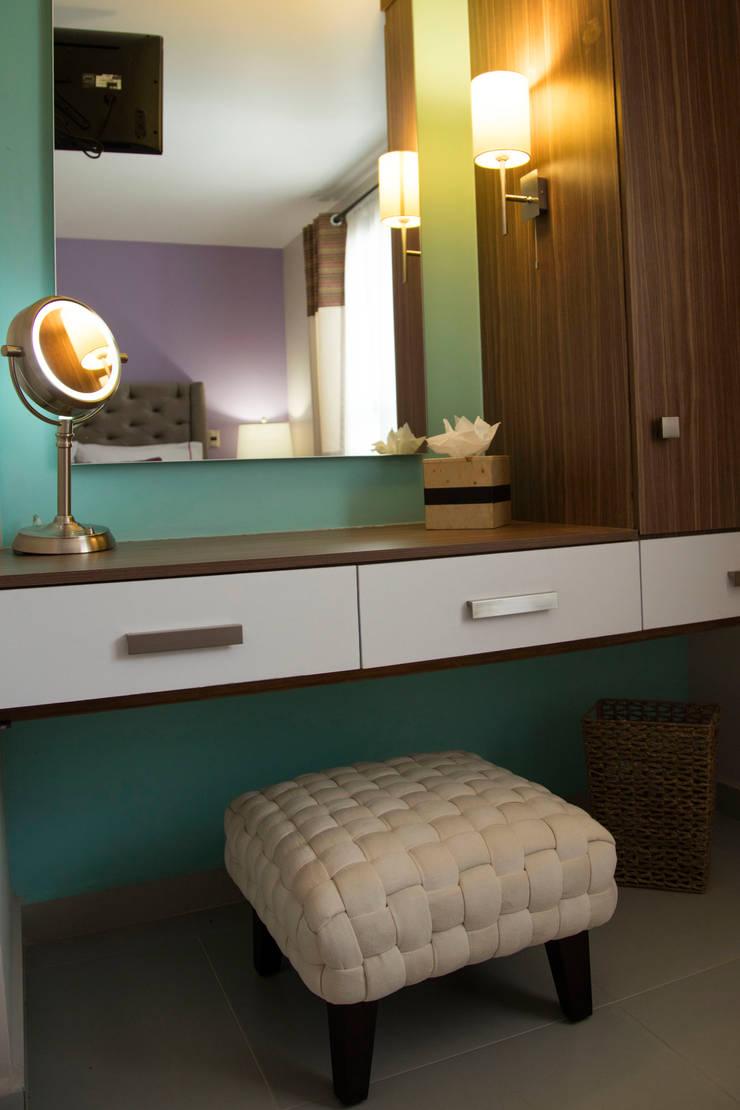 INTERIOR SUITE CLOSET/TOCADOR, LA MORADA HOTEL BOUTIQUE & SPA, TEPOTZOTLÁN.: Hoteles de estilo  por rave arch