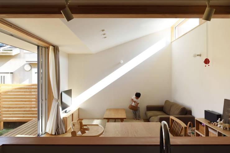 高窓からの光: 加藤淳一級建築士事務所が手掛けたリビングです。