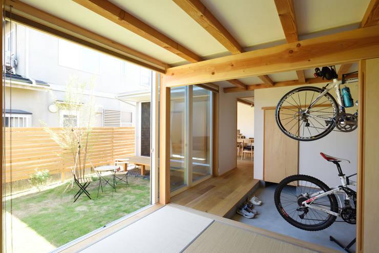 和室から庭をみる: 加藤淳一級建築士事務所が手掛けた窓です。