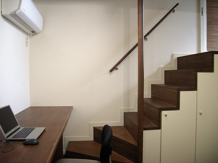 書斎の箱階段: シーズ・アーキスタディオ建築設計室が手掛けた廊下 & 玄関です。