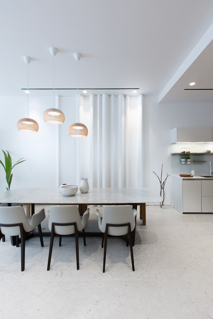 Minimalist Dining Room:  Dining room by Sensearchitects_Limited