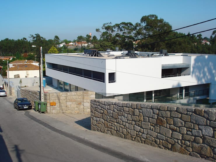 "Edifício ""AAJUDE – Associação de Apoio à Juventude Deficiente"":  Winkelruimten door architektengroep roderveld"