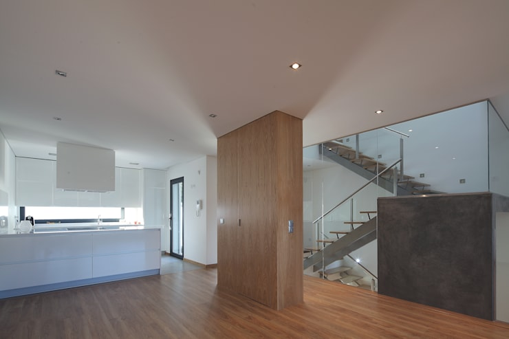 Salas / recibidores de estilo  por architektengroep roderveld, Moderno