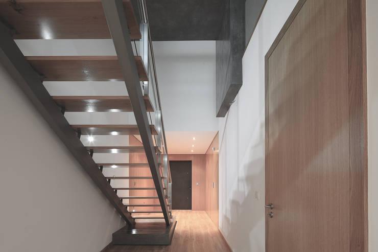 Pasillos y vestíbulos de estilo  por architektengroep roderveld, Moderno
