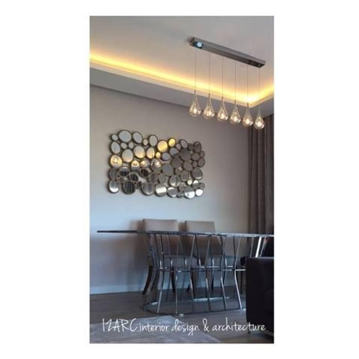 Salas de estar modernas por İZARC MİMARLIK Moderno Mármore