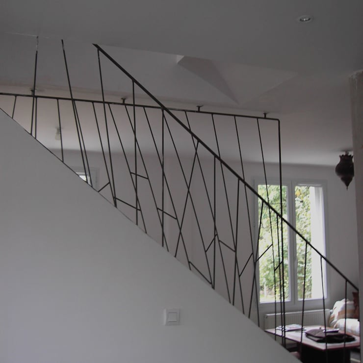 rampe d'escalier en acier Paris: Couloir et hall d'entrée de style  par ATELIER MACHLINE,