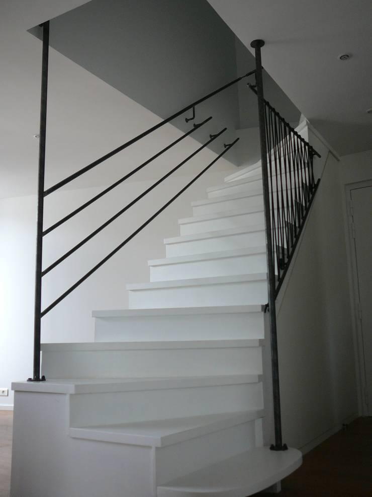 Création de garde-corps en acier et sandows: Escalier de style  par ATELIER MACHLINE,