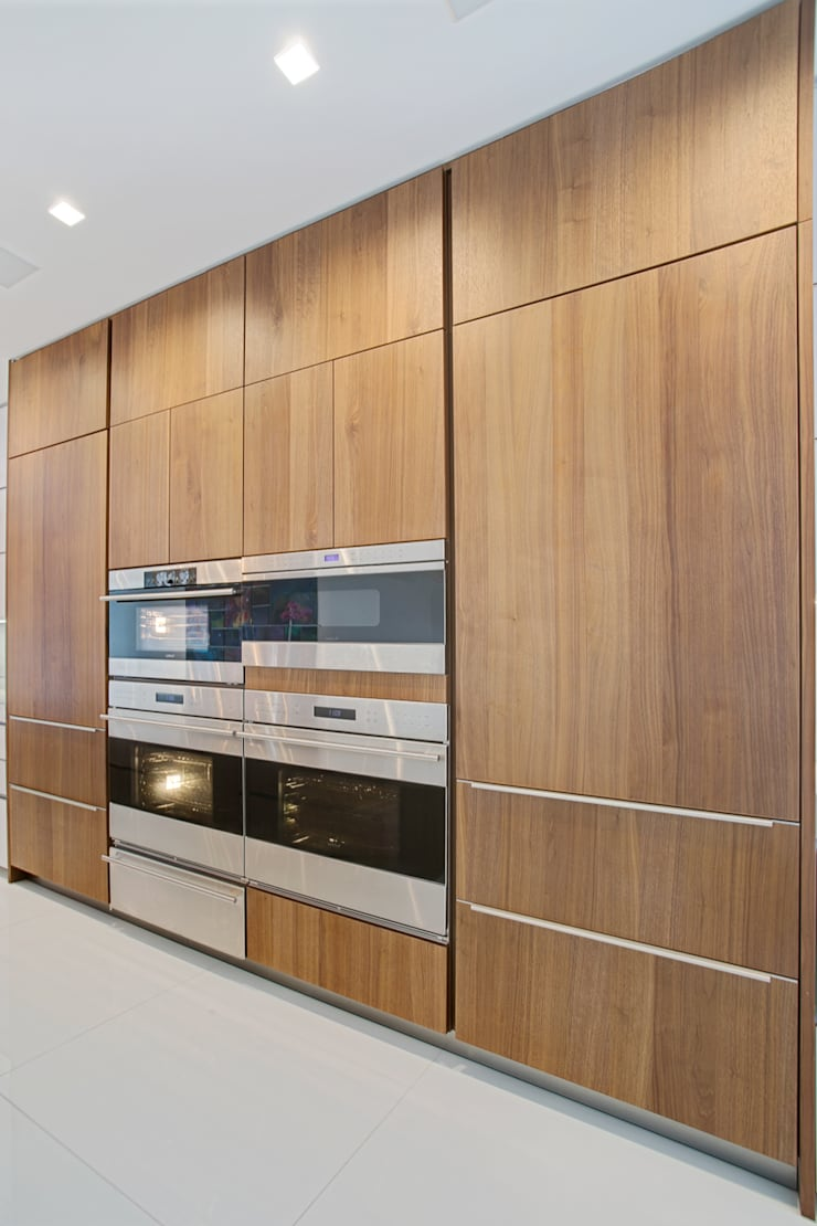 Collins Avenue Project Kitchen and Bathrooms:  Kitchen by ALNO North America