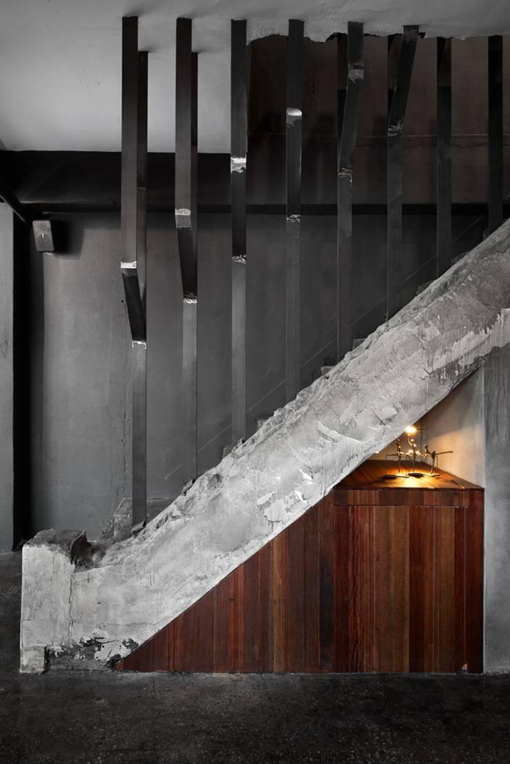 Vestíbulos, pasillos y escaleras de estilo  por STARSIS