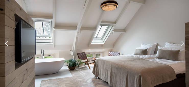 Vintage design meubels in luxe suite van De Witte Dame in Abcoude:  Slaapkamer door MARIEKKE vintage