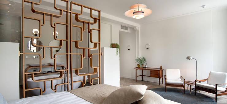 Vintage design meubels in luxe suite van De Witte Dame in Abcoude: scandinavische Slaapkamer door MARIEKKE vintage