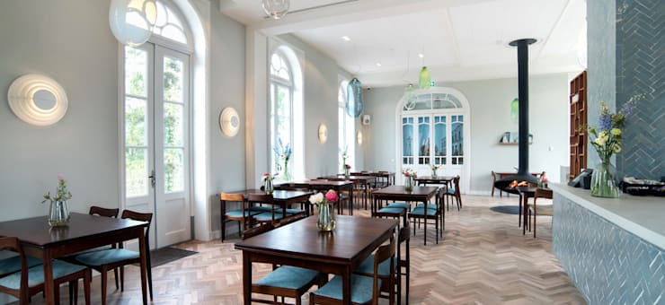 Vintage design meubels in het restaurant van De Witte Dame in Abcoude:  Slaapkamer door MARIEKKE vintage