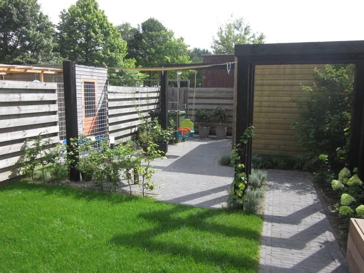 Vanaf de woning naar de achtertuin:  Tuin door Van Dijk Tuinen Groningen