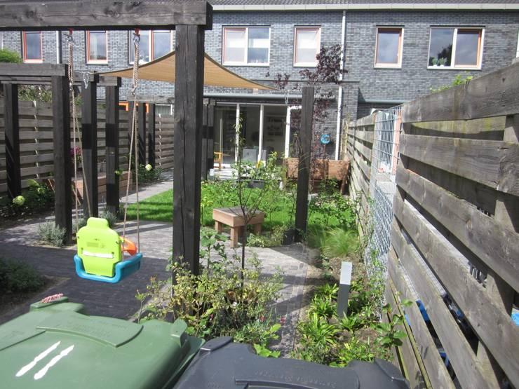 Vanuit de achtertuin naar de woning:  Tuin door Van Dijk Tuinen Groningen