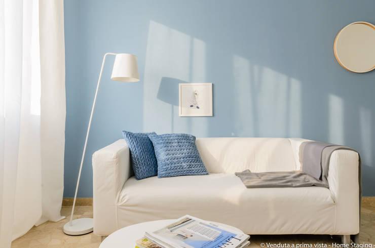 Sofa detail: Soggiorno in stile  di Venduta a Prima Vista