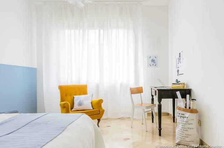 Old style armchair: Camera da letto in stile  di Venduta a Prima Vista