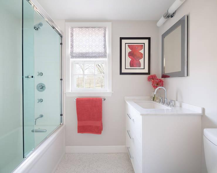 Kid's Bath:  Bathroom by Clean Design