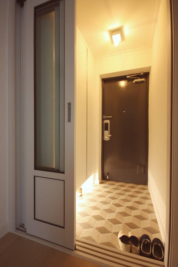 [홈라떼] 신혼부부의 포근한 20평대 아파트 홈스타일링: homelatte의  복도 & 현관