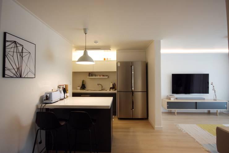 [홈라떼] 신혼부부의 포근한 20평대 아파트 홈스타일링: homelatte의  주방