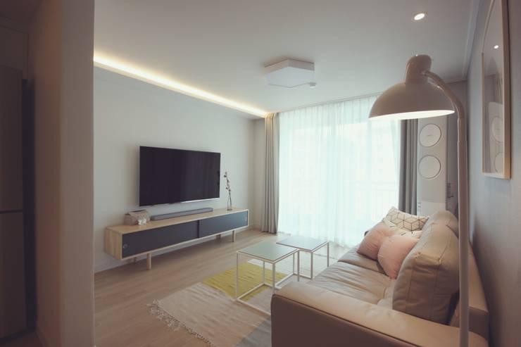[홈라떼] 신혼부부의 포근한 20평대 아파트 홈스타일링: homelatte의  거실
