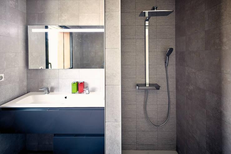 modern Bathroom by Cendrine Deville Jacquot, Architecte DPLG, A²B2D
