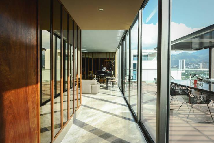 PH Fuentes - P+0 Arquitectura: Pasillos y recibidores de estilo  por pmasceroarquitectura