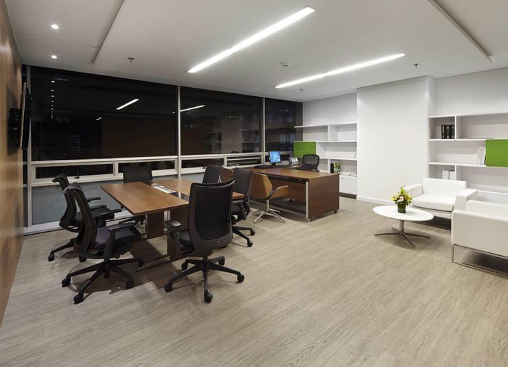 AcquaFloor cuenta con aislamiento acústico superior a los pisos laminados tradicionales.: Oficinas de estilo moderno por FORMICA Venezuela