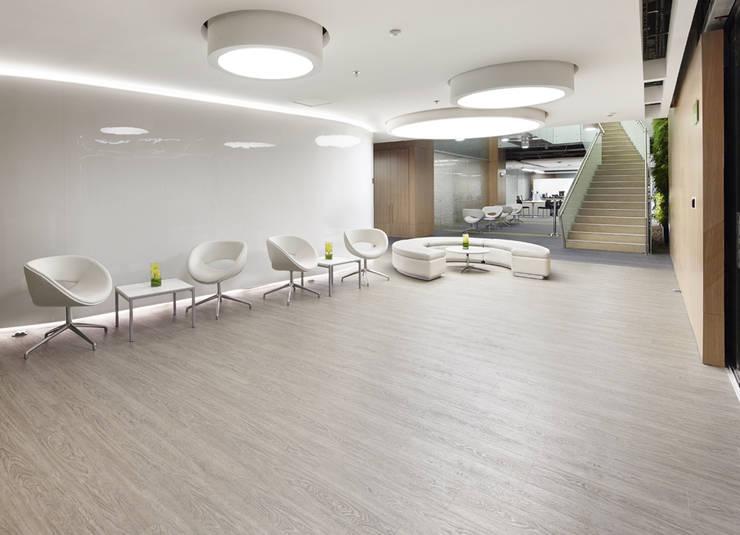 AcquaFloor está diseñado con registro de texturas para un reproducción natural de las maderas.: Salas / recibidores de estilo moderno por FORMICA Venezuela
