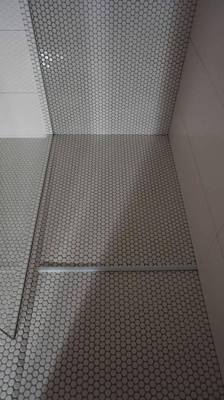 (4) Bathrooms / shower: Casas de banho  por Dynamic444