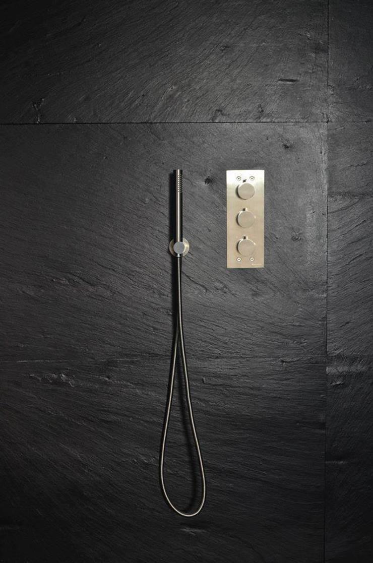 (3) Bathrooms / shower: Casas de banho  por Dynamic444