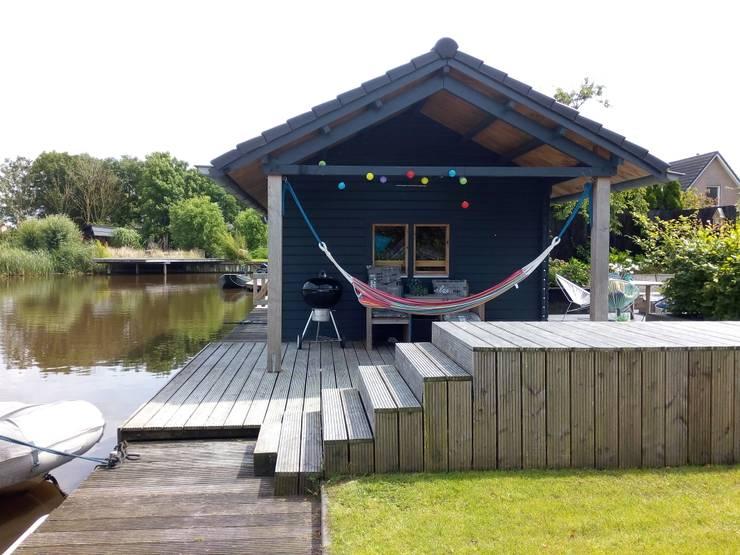 Tuinhuis aan het water :  Tuin door Joke Gerritsma Tuinontwerpen