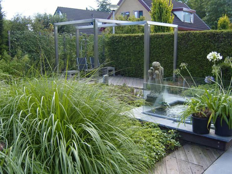 Tuin met pergola van rvs:  Tuin door Joke Gerritsma Tuinontwerpen, Modern
