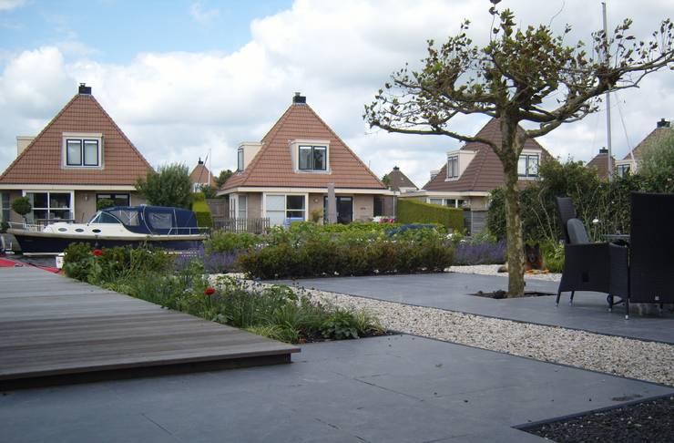 Tuin aan het water:  Tuin door Joke Gerritsma Tuinontwerpen, Modern Tegels