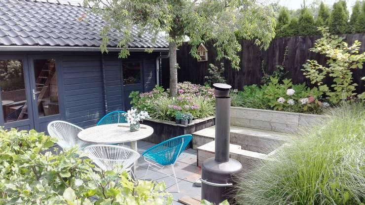 Terras naast tuinhuis:  Tuin door Joke Gerritsma Tuinontwerpen