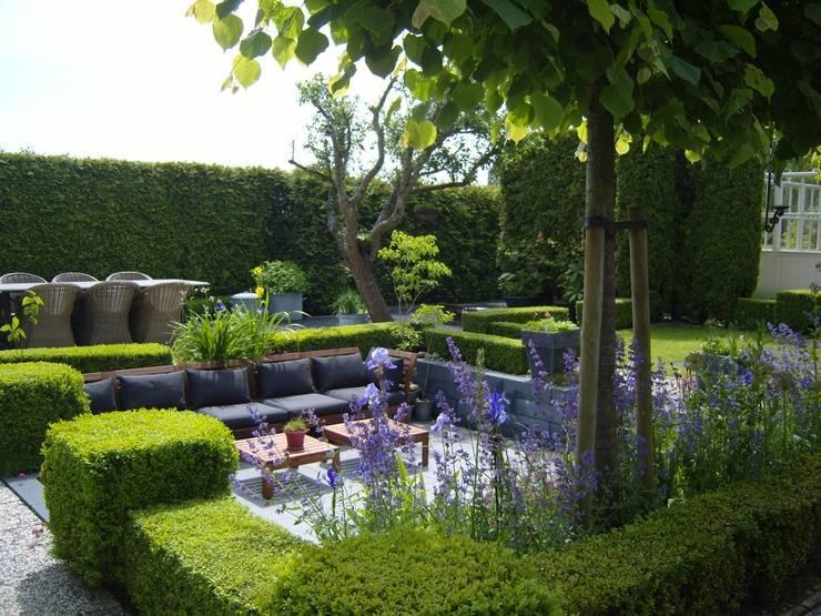 Moderne zitkuil in eigen tuin:  Tuin door Joke Gerritsma Tuinontwerpen, Modern