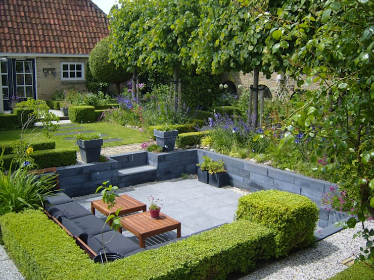 Moderne zitkuil in eigen tuin van tuinontwerper Joke Gerritsma:  Tuin door Joke Gerritsma Tuinontwerpen, Modern Tegels