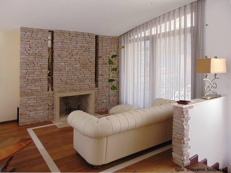 غرفة المعيشة تنفيذ Studio di Architettura e Design Giovanni Scopece