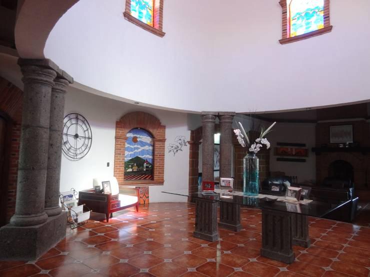 Mantenimiento de acabados: Pasillos y recibidores de estilo  por NUV Arquitectura
