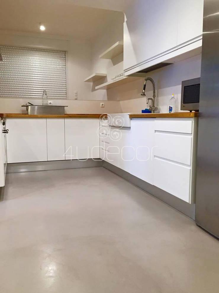 Cozinha em tons brancos com pavimento em Microcimento: Cozinha  por 4Udecor Microcimento