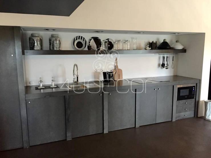 Cozinha em tons Escuros com moveis e bancada em Microcimento: Cozinha  por 4Udecor Microcimento