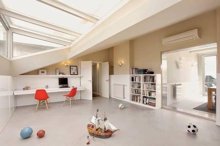 Sala de Estar com pavimento em Microcimento branco: Sala de estar  por 4Udecor Microcimento