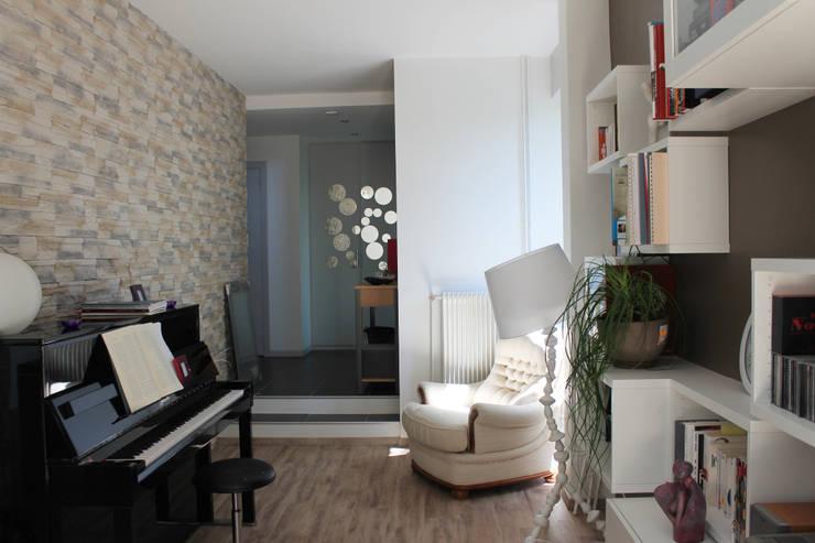 Modern Media Room by Agence ADI-HOME Modern Stone