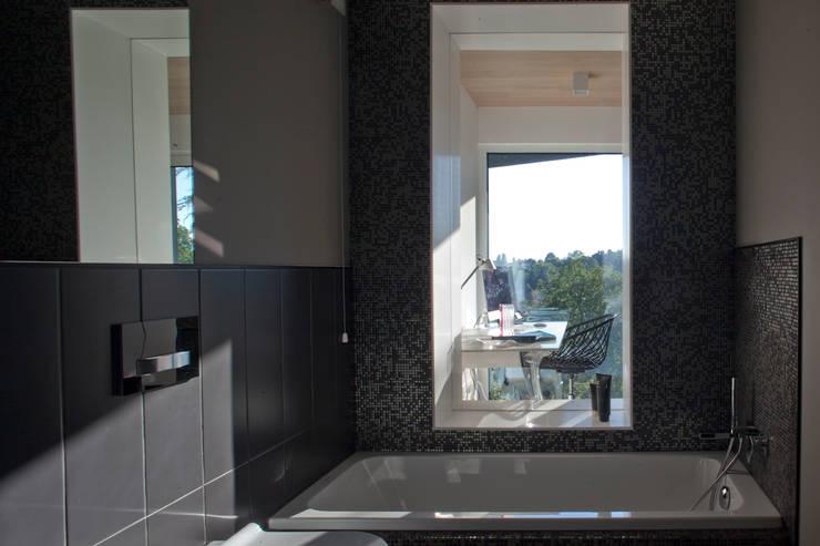 Casas de banho modernas por iarchitects