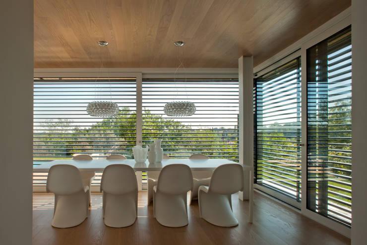 Salas de jantar modernas por iarchitects