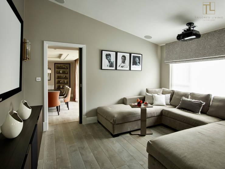 Projekty,  Pokój multimedialny zaprojektowane przez Tailored Living Interiors